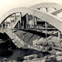 Fotografie zničeného mostu u Chomoutova na Olomoucku, 1945, inv. č. 20.328